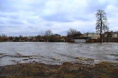 河洪水在春天在熔化的镇雪期间 干燥气候灾害自然泰国 库存照片