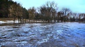河洪水在春天在熔化的镇雪期间 干燥气候灾害自然泰国 免版税库存图片