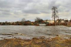 河洪水在春天在熔化的镇雪期间 干燥气候灾害自然泰国 库存图片