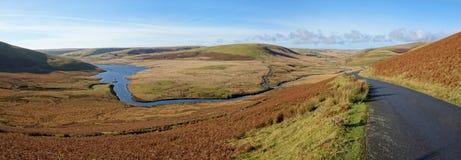 河活力流的全景,威尔士英国。 免版税库存图片