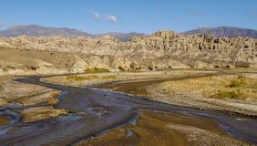 河流动的throug山 库存图片