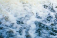 河流程,快速的水流量形成很多泡沫和泡影,抽象背景 免版税库存照片