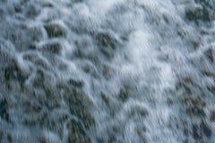 河流程,快速的水流量形成很多泡沫和泡影,抽象背景 免版税库存图片