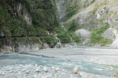 河流经山 免版税图库摄影