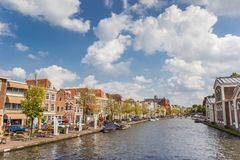 河流经莱顿的中心莱茵河 免版税库存图片