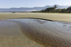 河海滩和山 免版税库存照片