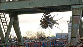 河港口起重机在工作 股票录像