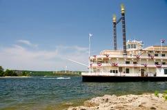 河演戏船在布兰松 库存照片