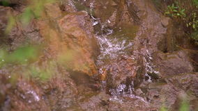河漫过岩石在这个美好的场面在山 影视素材