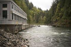 河瀑布大力士发电水流量 库存照片