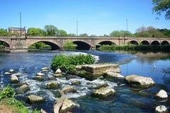 河特伦特和特伦特桥梁,在特伦特的伯顿 免版税库存照片