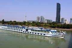 河狂文在多瑙河,维也纳的巡航小船 库存照片