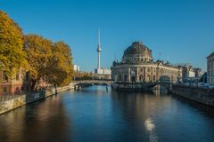 河狂欢有电视塔的柏林博物馆岛在背景 库存图片