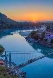 河甘加和拉克什曼Jhula桥梁看法在日落的 瑞诗凯诗 印度 免版税库存照片