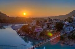 河甘加和拉克什曼Jhula桥梁看法在日落的 瑞诗凯诗 印度 图库摄影