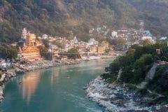 河甘加和拉克什曼Jhula桥梁看法在日落的 瑞诗凯诗 印度 库存图片