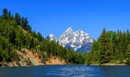 从河的中心的山风景 免版税库存图片