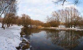 河的全景和树在冬天城市停放 莫斯科 俄国 免版税库存照片