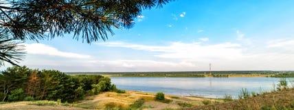 河的全景有蓝天和白色云彩的 免版税库存照片