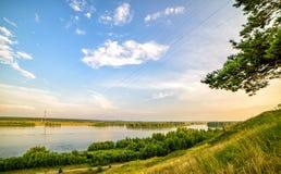 河的全景有蓝天和白色云彩的 库存图片