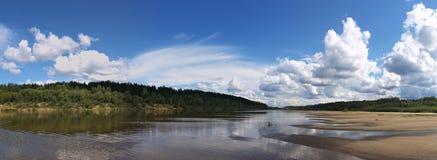 河的全景 免版税库存图片
