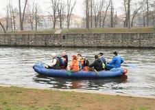 河的划独木舟的人 库存图片
