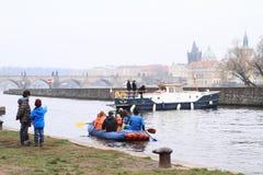 河的划独木舟的人 免版税库存图片
