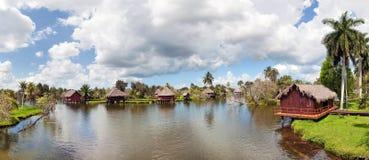 河的古巴村庄 免版税库存图片