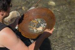 从河的块金采矿 库存图片
