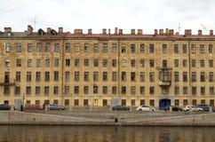 河的堤防的房子 免版税库存照片