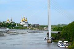 从河的堤防的看法游览到桥梁  库存照片