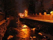 河的夜视图在城市 免版税库存图片