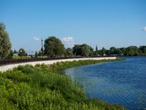 河的奎伊 草,水,教会,雅罗斯拉夫尔市 库存图片