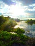 河的岸在阳光下 免版税图库摄影