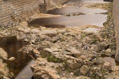 河的干河道用岩石和水 免版税库存照片