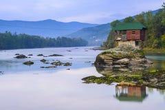 河的德里纳河偏僻的房子在巴伊纳巴什塔,塞尔维亚 免版税库存照片