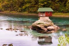 河的德里纳河偏僻的房子在巴伊纳巴什塔,塞尔维亚 免版税库存图片
