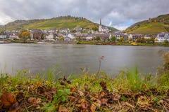 河的摩泽尔莱茵河流域Pfalz Germa酒村庄Klotten 免版税库存图片