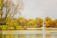 河的星期天基于在秋天天 免版税库存照片