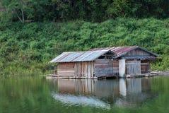 河的木房子泰国的 免版税库存照片