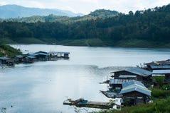 河的木房子泰国的 免版税库存图片