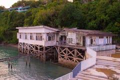 河的木房子 日落,夏天 免版税库存图片