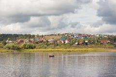 河的村庄 库存照片