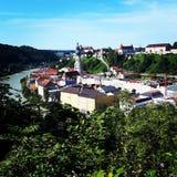 河的村庄 库存图片