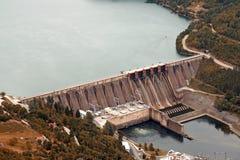 河的水电站 免版税库存照片