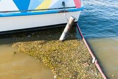 河的污染在一个大城市里面的 库存照片