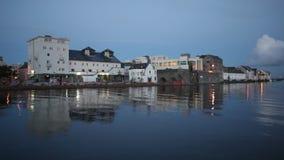 河的河岸的城市在大浪期间的 股票录像