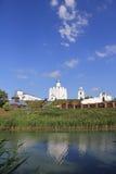 河的河岸的基督教会 库存图片