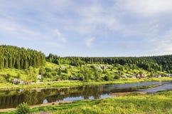 河的河岸的村庄 图库摄影