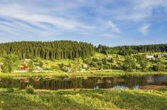 河的河岸的村庄 免版税库存照片
